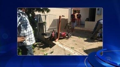 Ladrão furta moto e acaba preso após perder controle da direção e bater em portão de casa - Um ladrão de 27 anos foi preso em flagrante após bater a moto que tinha acabado de furtar no portão de uma casa, no bairro Jardim Bauman, em Novo Horizonte (SP), na manhã desta sexta-feira (23).