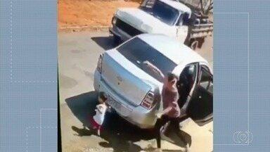 Câmeras de segurança filmam momento que criança de 2 anos por pouco não é atropelada - Menino corre para a rua enquanto mãe colocava objetos no banco de trás do carro, em Ipameri.