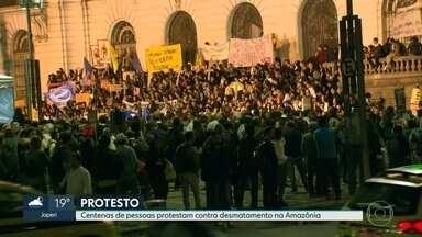 Manifestantes protestam contra desmatamento na Amazônia no centro do Rio - Multidão caminha na avenida Presidente Vargas e também ocupa escadarias da Câmara de Vereadores, na Cinelândia.