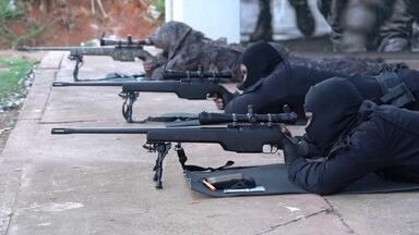 Treinamento para sniper exige controle de respiração e alta precisão em tiro - Atirador de elite teve papel importante para o fim do sequestro na Ponte Rio-Niterói esta semana. Fantástico mostra como é o treinamento de um sniper.