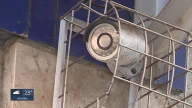 Câmeras de segurança podem ajudar a identificar quem abandonou bebê em lixeira - Menina foi encontrada no centro de BH, ainda com cordão umbilical. Ela não resistiu.