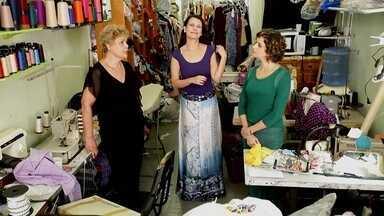 Ateliê da Mercedez - Uma cliente da Mercedez reclamou da bagunça no ateliê dela e chamou a Micaela para organizar os tecidos que ficam misturados e organizar as roupas, que não ficam em lugar certo.