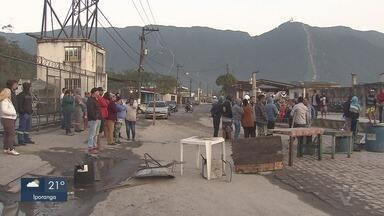 Moradores de Pilões, em Cubatão, fazem manifestação e bloqueiam acesso ao bairro - Segundo os manifestantes, Prefeitura de Cubatão havia prometido resolver os problemas de buracos na principal via de acesso ao bairro, mas nada foi feito.