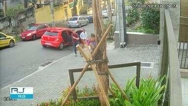 """Homens tentam assaltar fazendo """"arminha"""" com as mãos - Três pessoas foram levadas para a delegacia do Méier."""