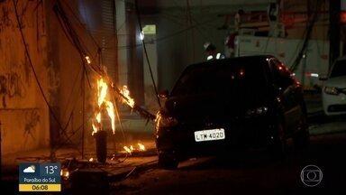 Rede elétrica pega fogo em São Cristóvão - Os bombeiros apagaram o incêndio, a Light desligou a energia do local.