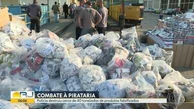 Polícia destrói 40 toneladas de produtos falsificados - Cigarros, sapatos, bolsas e produtos eletrônicos foram destruídos.