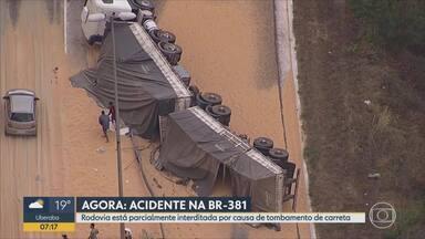 Carreta com milho tomba na BR-381, em Sabará, na Grande BH - De acordo com a Polícia Rodoviária Federal, acidente aconteceu no km 441, perto do trevo do distrito de Ravena.