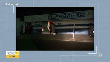 Loja de produtos agropecuários é atingida por incêndio em Feira de Santana - Os animais que estavam no local foram retirados por populares.