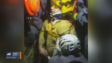 Incêndio atinge mata em São Carlos e bombeiro fica ferido durante combate ao fogo - Ele caiu em um buraco e teve que ser resgatado. A suspeita é que ele tenha sofrido fratura no tornozelo e no cotovelo.