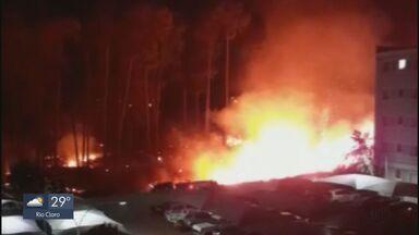 Área de vegetação no bairro Vila Izabel pega fogo em São Carlos - Os bombeiros não sabem como o incêndio começou.