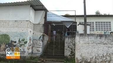 Alunos se revezam para estudar após quatro salas de escola em Olinda serem interditadas - Defesa Civil do município fez a interdição por conta do risco de queda de muro de arrimo na área.