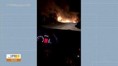 Motorista flagra vegetação em chamas invadindo rodovia - Motorista flagra vegetação em chamas invadindo rodovia