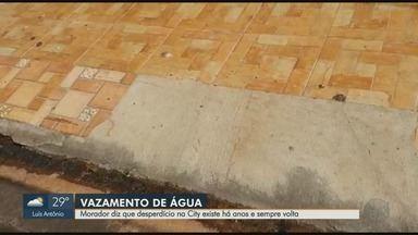 Desperdício de água na City Ribeirão existe há anos e sempre volta, diz morador de Ribeirã - Prefeitura retirou os restos de podas e galhos do bairro, mas deixou para trás um vazamento.