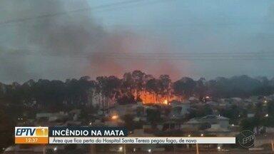Área que fica perto do Hospital Santa Tereza sofre com queimadas em Ribeirão, SP - O tempo seco colabora com o incêndio.