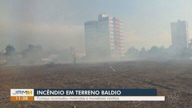 Terreno baldio pega fogo em Manaus - Fumaça incomodou motoristas e moradores vizinhos.