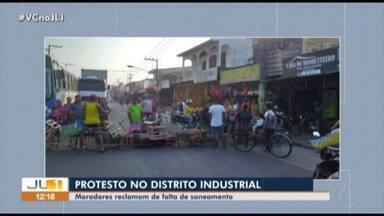 Moradores do Distrito Industrial protestam por falta de saneamento no bairro - Moradores do Distrito Industrial protestam por falta de saneamento no bairro