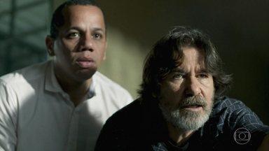 Padre Zoran e Rogério procuram Jean pelas ruas da cidade - Eles descobrem que Jean é atropelado e o procuram no hospital próximo