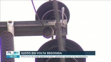 Explosão em poste atinge veículos e fere motociclista em Volta Redonda - Problema foi em um para-raios instalado em um poste na Rua Gustavo Lira, no bairro São João. Vítima foi atingida por peças que estavam pegando fogo e chegaram a queimar e colar na roupa dele.
