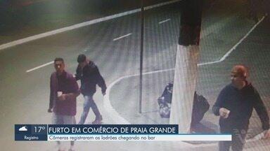 Câmera flagra invasão de assaltantes a bar em Praia Grande - Ação ocorreu durante a madrugada, no bairro Forte.