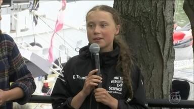Ativista do clima de 16 anos chega a Nova York depois de viagem de barco de duas semanas - Greta Thunberg saiu da Inglaterra em veleiro sem combustível e sem banheiro, com destino aos EUA, para participar da Conferência do Clima da ONU. Ela não anda de avião para não poluir o meio ambiente.