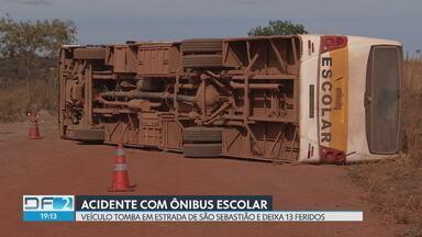 Ônibus escolar tomba e deixa 12 crianças feridas em São Sebastião - O motorista também se feriu. As vítimas foram levadas a hospitais da rede pública.