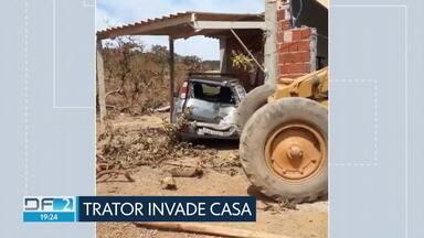 Susto em São Sebastião: motorista de trator perde o controle e invade casa - Além de destruir parte da casa, o trator ainda bateu em um carro que estava estacionado na garagem. Ninguém se feriu.