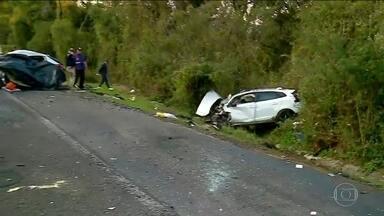 Seis pessoas morrem em acidente com dois carros na BR-386, no RS - De acordo com a Polícia Rodoviária Federal, um carro invadiu a pista contrária e bateu de frente em outro, na madrugada desta sexta-feira (30). O acidente aconteceu na BR-386 na região Norte do Rio Grande do Sul.