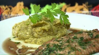 Aprenda a fazer purê de abacate que não vai ao fogo - O prato acompanha um saboroso filé de tilápia com especiarias