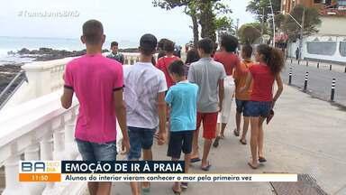 Estudantes carentes do norte do estado se emocionam ao conhecer o mar em Salvador - Meninas e meninos viajaram mais de 500 km até a capital baiana e foram à praia pela primeira vez.