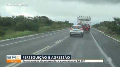 Caminhoneiros sofrem agressão e são perseguidos na BA-052, em Feira de Santana - A situação aconteceu em frente a um posto da Polícia Rodoviária Estadual, e eles dizem que a agressão foi feita por motoristas de transporte clandestino.