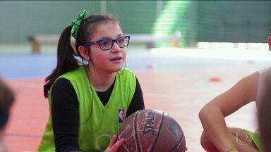 Educação física faz a diferença na vida de menina que nasceu com falta de oxigênio no cérebro - Educação física faz a diferença na vida de menina que nasceu com falta de oxigênio no cérebro