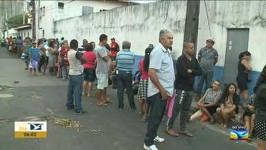 Pacientes enfrentam fila para marcar consulta em São Luís - Pacientes que dependem do SUS estão dormindo em filas de marcação de consultas e exames do Posto da Cemarc que funciona na Associação de Pais e Amigos dos Excepcionais (Apae), no bairro Filipinho, na capital.