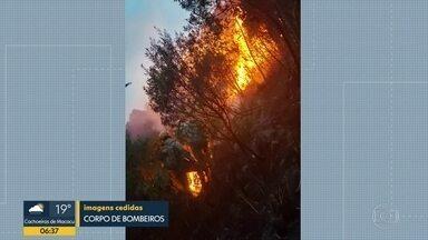 Bombeiros combatem dois incêndios em 24h, em Petrópolis - Não há informação sobre o que provocou as queimadas.