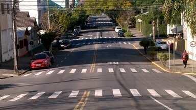 Trânsito é alterado na rua Os Dezoito do Forte, na área central de Caxias do Sul - Entenda como fica o trânsito com nova faixa de circulação.