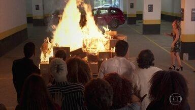 Todos se desesperam ao ver Silvana colocando fogo em seus livros - Silvana tenta impedir que apaguem o fogo
