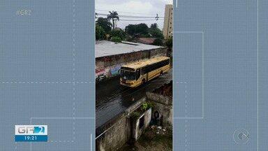 Diversos pontos de alagamento foram registrados em Recife nesta segunda-feira - Choveu forte pela manhã na cidade