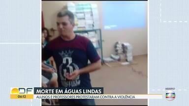 Em Águas Lindas de Goiás, alunos e familiares protestam contra morte de professor - O estudante que matou o professor a facadas teve que ser transferido de presídio depois de receber ameças de presos em Águas Lindas. Agora, ele está no presídio de Valparaíso.