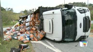 Criminosos tombaram caminhão roubado que levava 20 toneladas de ração - Acidente foi na Fernão Dias, em Atibaia.