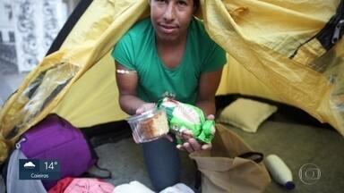 A dura vida de quem passa as noites de frio na rua - Equipe do SP1 acompanhou a rotina de moradores de rua de São Paulo