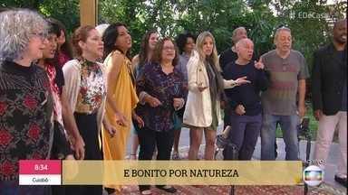 Pop Coro tem repertório e performance populares - Patrícia pede e a galera canta 'País Tropical'