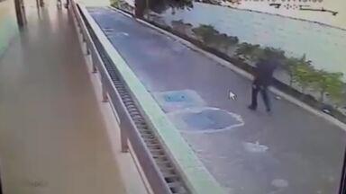 Flagrante de assalto no SIA - Câmeras de segurança registraram a ação de dupla de bandidos em estacionamento. Cinco pessoas foram assaltadas, a caminho do trabalho.