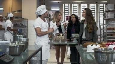 Abel acha que Fabiana está apaixonada por Leandro - Abel se irrita com as regalias feitas a Leandro