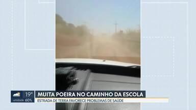 Estrada de terra favorece problemas de saúde em crianças do Incra 7/8 - A região não é asfaltada e ônibus escolar está sempre empoeirado.