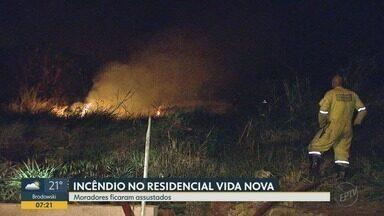 Incêndio atinge mata próxima a conjunto habitacional Vida Nova em Ribeirão Preto - Chamas espalharam fumaça e deram trabalho para o Corpo de Bombeiros.
