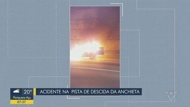 Carro pega fogo e causa congestionamento na Rodovia dos Imigrantes - Acidente aconteceu próximo ao Km 46 da Pista Norte.