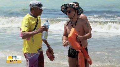 Turistas reclamam de falta de chuveiros nas praias alagoanas - Jangadeiros usam garrafas com água para que os banhistas retirem o sal depois de entrarem no mar.
