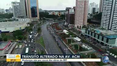 Trânsito da Avenida ACM sofre mudanças a partir desta segunda, por causa da obra do BRT - Desvios e bloqueios foram implementados no último domingo (8). Saiba quais são as alterações e as rotas alternativas.