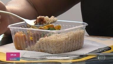 Pessoas estão mudando o jeito de usar o benefício de alimentação - Para fazer render o cartão até o final do mês, muitos estão optando pela marmita