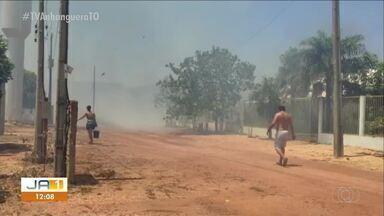 Moradores tentam apagar incêndio em Palmas após Bombeiros não aparecerem - Moradores tentam apagar incêndio em Palmas após Bombeiros não aparecerem