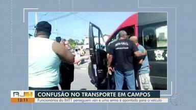 Funcionários do IMTT perseguem van e uma arma é apontada para o veículo - Confusão no transporte em Campos.